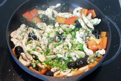 Курицу и овощи слегка обжариваем