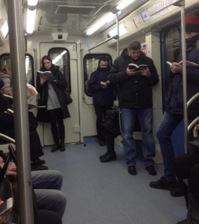 Россия шокировала Мир! Иностранцев поразило фото читающих в метро.