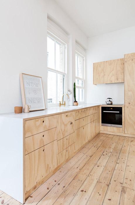 Кухню оформленную в минималистичном стиле расположили вдоль окон. | Фото: habitusliving.com.