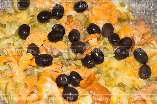 Выложить маслины.