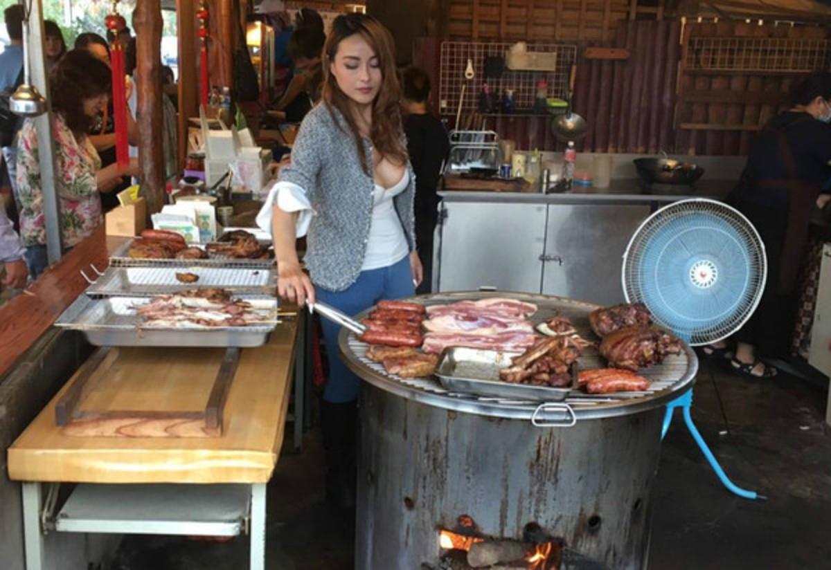 Очень красивая продавщица мяса устроила ажиотаж в кафе