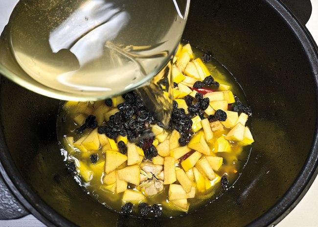 добавление воды и формирование зирвака для постного плова