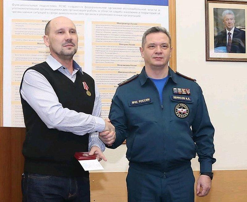 Москвич, спасший детей из горящей квартиры, заметил пожар, когда проезжал мимо на автобусе