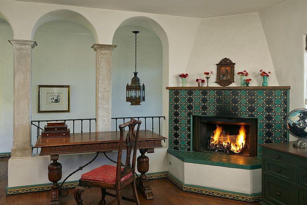 Домашний мини-офис с камином, украшенным бирюзовой плиткой