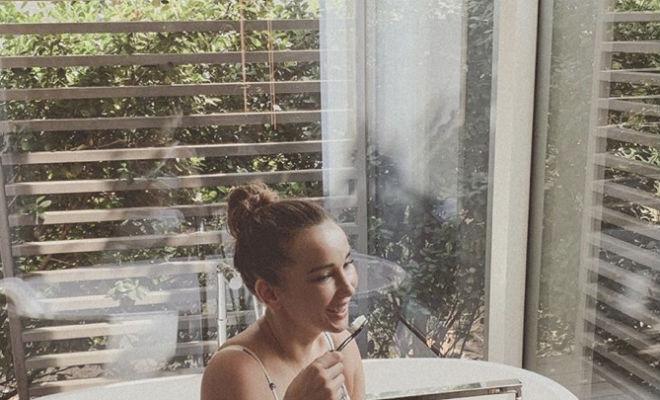 Анфиса Чехова зашла в ванную забыв о стеклянной двери Культура