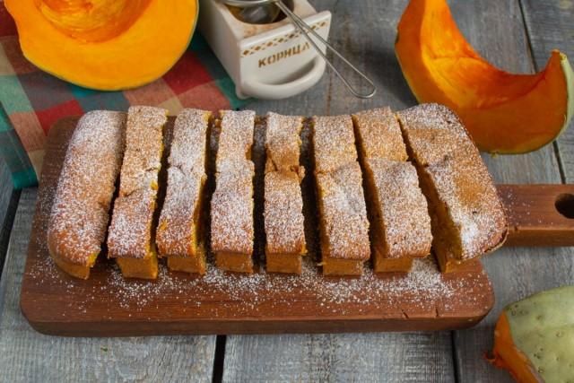 Нарезаем запеканку порционно, посыпаем сахарной пудрой и молотой корицей
