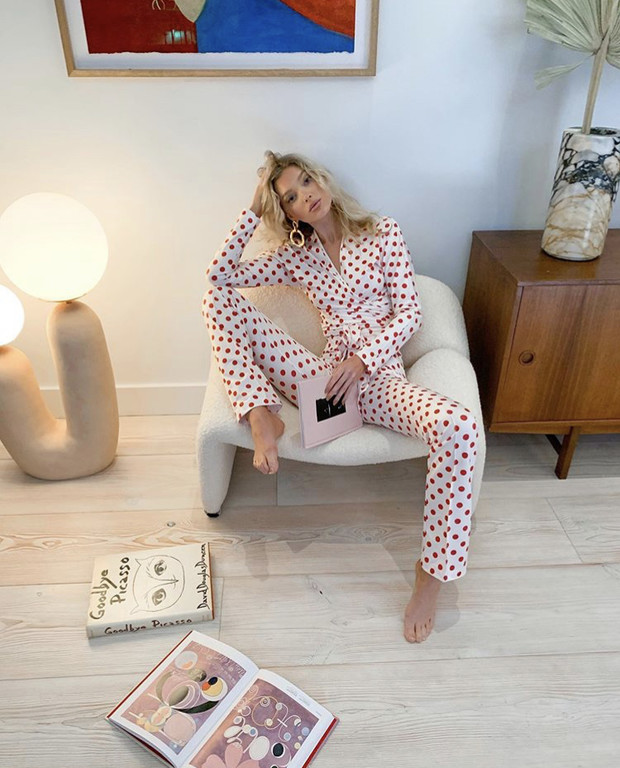 Домашняя униформа моделей: Эльза Хоск в уютном комплекте, который подчеркивает все достоинства фигуры (фото 2)