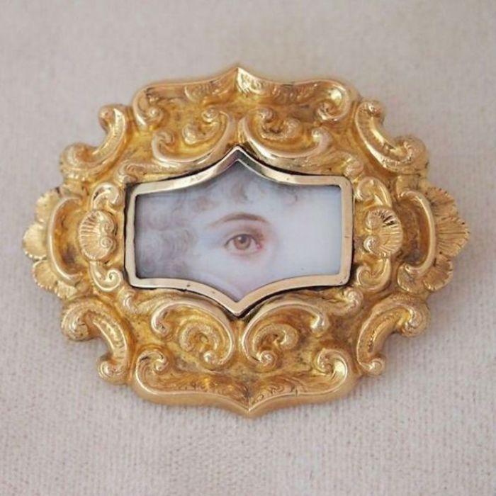 Портрет женщины с кудряшками в обрамлении золотой рамки. Великобритания, 1820-е – 1840-е годы. | Фото: pinterest.com.