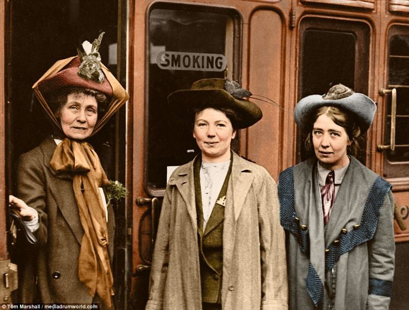 7. Семья: Эммелина Панкхерст (слева) с дочерьми Кристабель и Сильвией, 1911 год. Эммелина была соучредителем WSPU с Кристабель, но Сильвия была исключена в 1914 году после того, как у нее начались разногласия с группой. интересное, исторические фото, история, колоризация, колоризированные фото, суфражистки, факты, фото