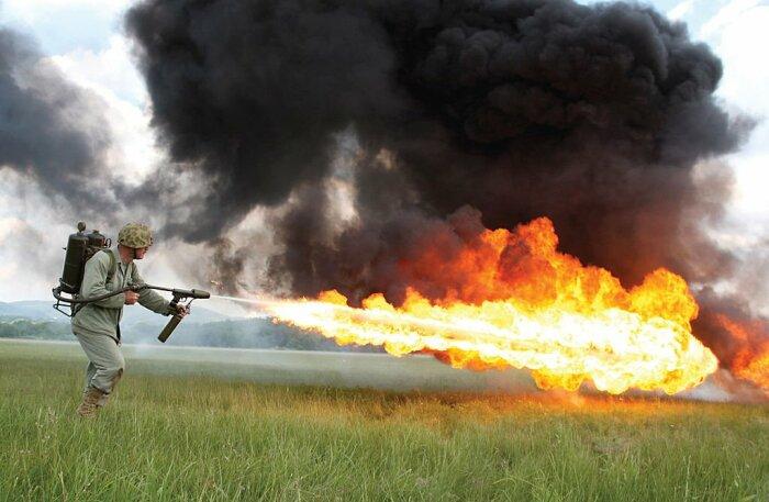 Напалм делался как топливо для огнемета. /Фото: fb.ru.