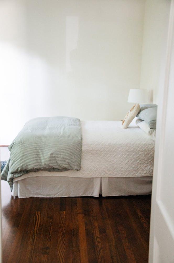 Элегантный интерьер квартиры - белая спальня для гостей