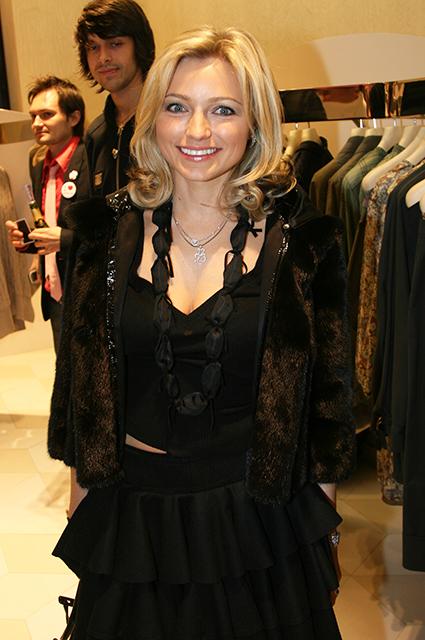Маховик времени: Даша Жукова, Ульяна Сергеенко, Ксения Собчак на открытии бутиков весной 2008 года Светская жизнь