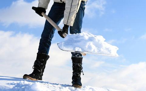 Женщина долго била машину соседа, а затем забросала ее снегом