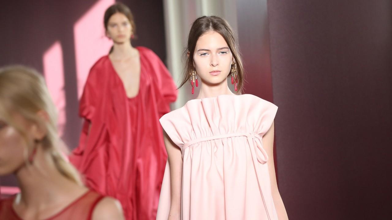 Модные платья с воланами: 70 трендовых и романтичных образов
