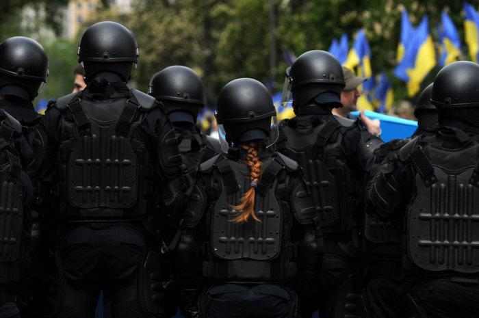Сотрудники ОМОНа в оцеплении во время марша «Бессмертного полка» в Киеве 9 мая 2017 года. Автор фотографии: Сергей Гапон.
