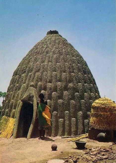 Секрет смеси знали только строители, дома строились с применением минимального количества инструментов, однако процесс трудоемкий и строительство каждого дома занимало около 6 месяцев (с учетом усушки) архитектура, африка, интересное, строительство, факты, шедевры