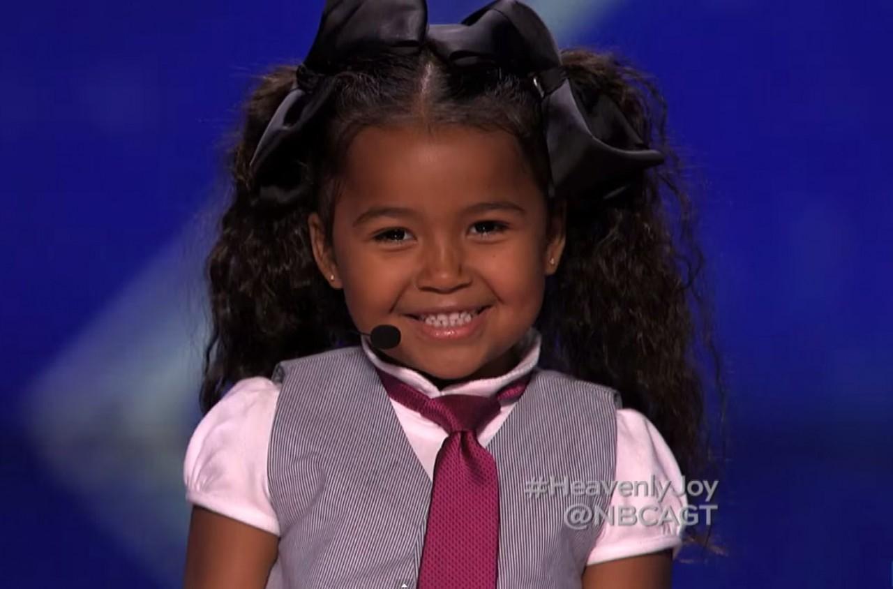 Эта 5-летняя малышка покорила судей своим голосом. Но все внимание на ее ноги!