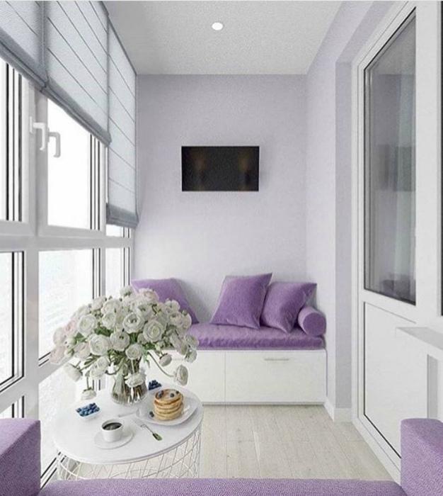 Балкон с лавандовыми диванчиками.   Фото: Design-homes.ru.