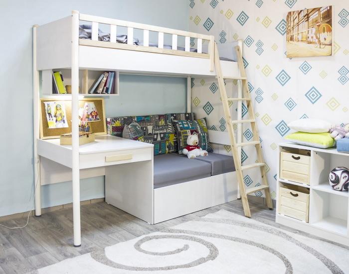 Современная кровать на двоих с традиционной деревянной лестницей, несколькими полками и небольшим письменным столом.