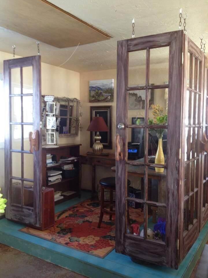 Несколько интересных идей о том, как можно вдохнуть новую жизнь в обычную старую дверь
