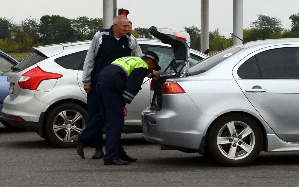 Инспектор решил досмотреть багажник — кто должен вытаскивать вещи?