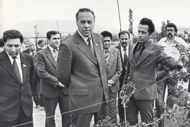 В Иране напомнили, как в свое время Алиев чистил обувь прохожим в Тегеране