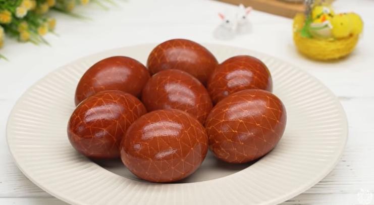 Бинт и шелуха: идея оригинальной окраски яиц на Пасху
