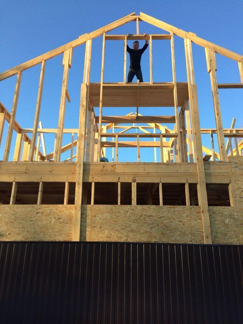 Сделали межкомнатные перегородки второго этажа. Высота в коньке почти 10 метров. Первый этаж обшили ОСП 11 мм. Хоть и стоят укосины, но каркас без ОСП шатается. дача, дом своими руками, строим сами