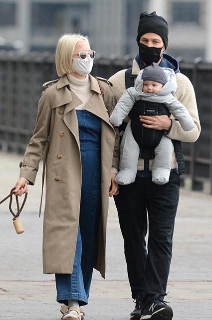 Мишель Уильямс с мужем Томасом Кайлом и ребенком на прогулке в Нью-Йорке Уильямс, актриса, жизни, месяцев, несколько, вторым, Кайла, премии, личной, прошлом, поклонников, всего, спустя, Элверумом, Филом, музыкантом, рассталась, неожиданными, после, актрисы