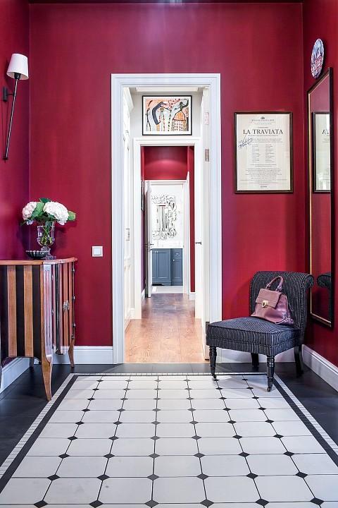 Энергичный цвет стен в прихожей и зоне перед ванной комнатой элегантно сочетается с ахроматической гаммой гардеробной и напольным покрытием во входной зоне. При этом чередование контра...