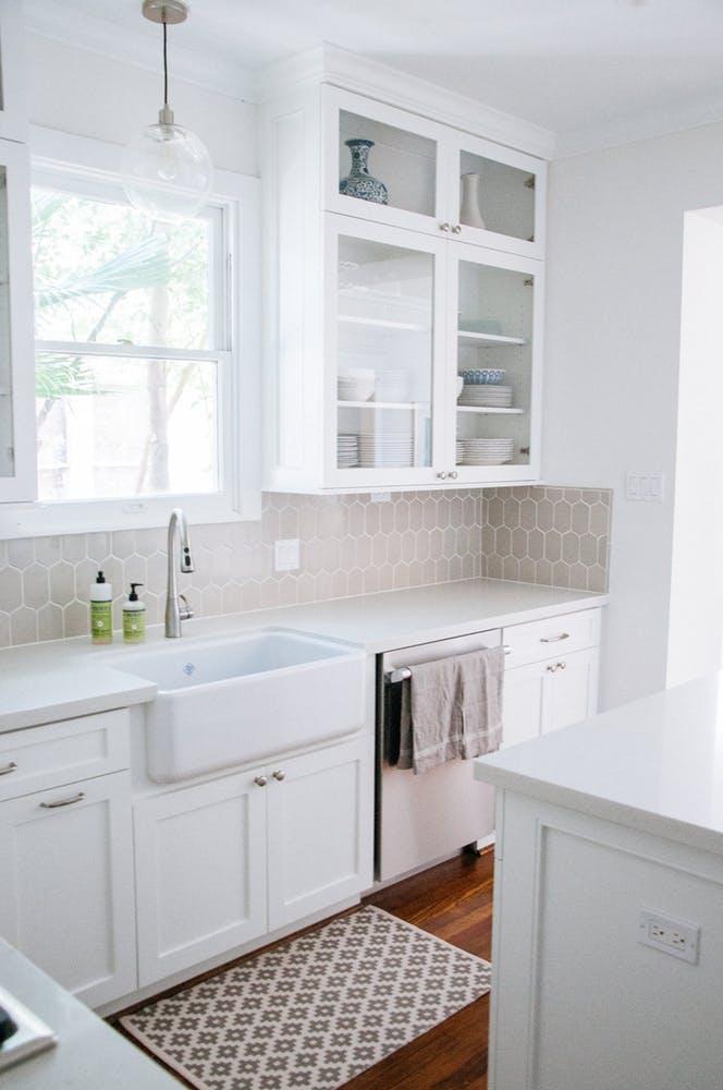 Элегантный интерьер квартиры - белый кухонный гарнитур