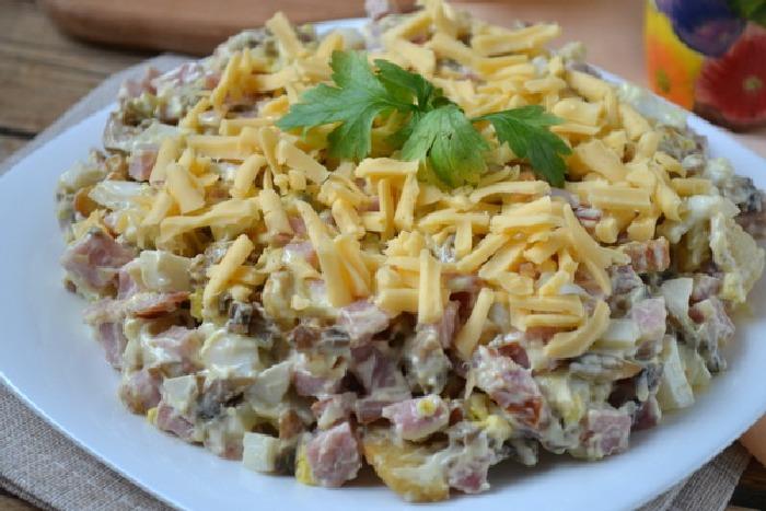 Мясной слоёный салат.  Фото: google.ru.