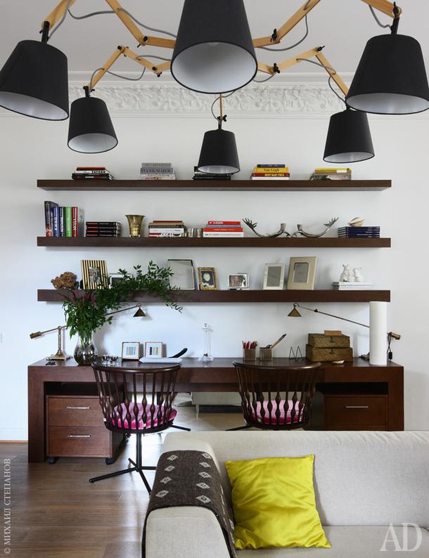 Люстра, Aromas del Campo; диван, Sancal; стулья из коллекции Nub, дизайнер Патриция Уркиола, Andreu World. Смотрите весь проект по клику на изображение.