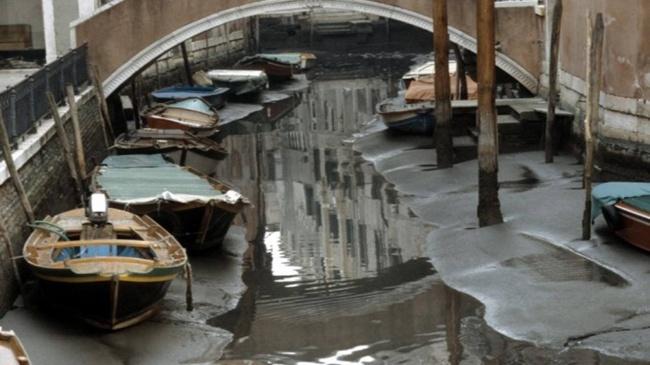 Каналы Венеции остались без воды, и эти фотографии стоит увидеть