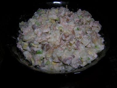 Теплый салат из птицы с грибами