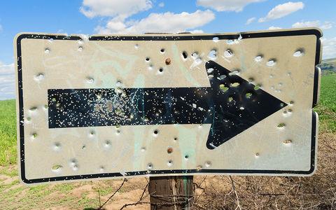 Дорожные знаки стали использовать в качестве мишеней для стрельбы