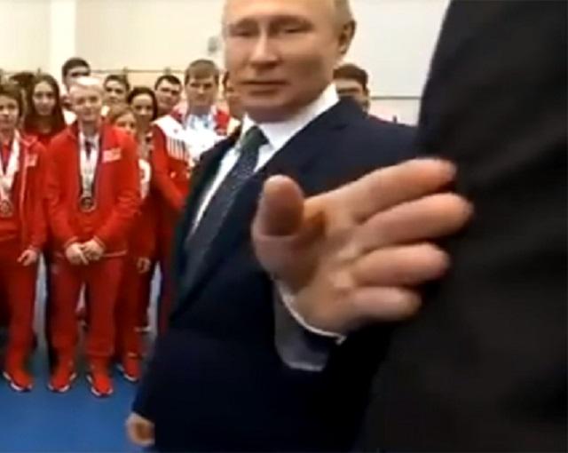 Иностранцы восхитились жестом Путина, отодвинувшего охранника