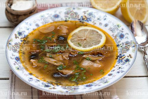 Разлить грибную солянку по тарелкам, в каждую положить ломтик лимона. Подать к столу со сметаной и свежей зеленью. Приятного аппетита!