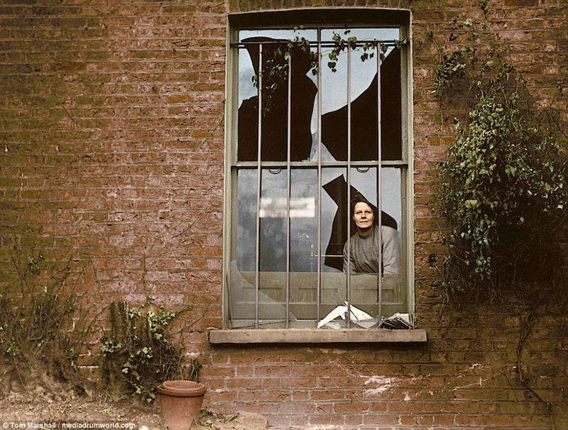4. Женщина смотрит сквозь разбитое окно в тюрьме Холловэй, 1913 год. Тогда суфражистки пытались взорвать тюрьму. интересное, исторические фото, история, колоризация, колоризированные фото, суфражистки, факты, фото
