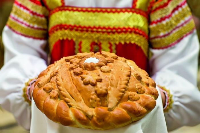 Подавать и принимать хлеб следовало на чистом полотенце. /Фото: свадьбавколоменском.рф