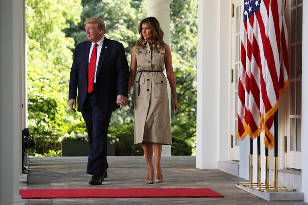 Какой образ выбрала Мелания Трамп для первого официального выхода из Белого дома? (фото 1)