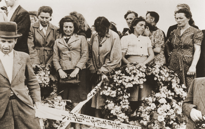 На похоронах евреев после погрома в Кельце. Все убитые вернулись домой из немецкого концлагеря.