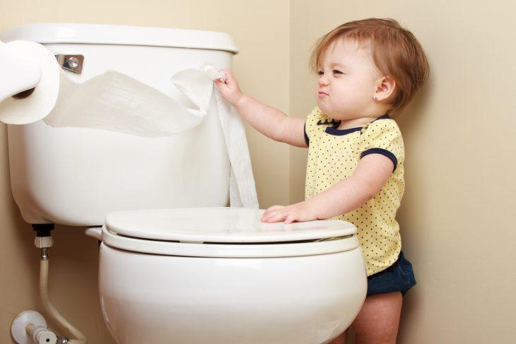 Сижу я в туалете и тут забегает мой младший брат… история,прикол,юмор