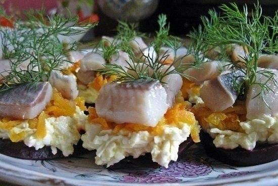 Порционная закуска с селедочкой и свеклой — просто великолепно