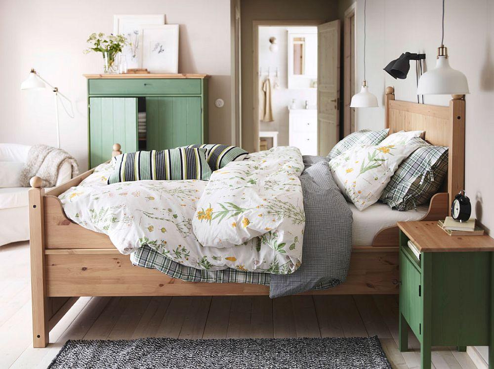 Дизайнерская тумбочка и шкаф зеленого цвета в интерьере спальни