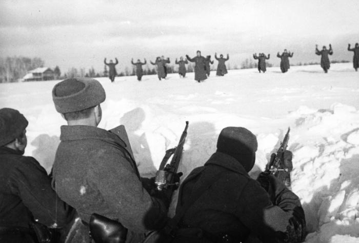 Немецкие солдаты сдаются в плен во время битвы за Москву.