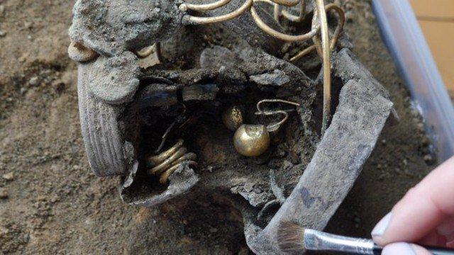 Началась ювелирная работа по расчистке клада Клады, археология, интересно, история, сокровища