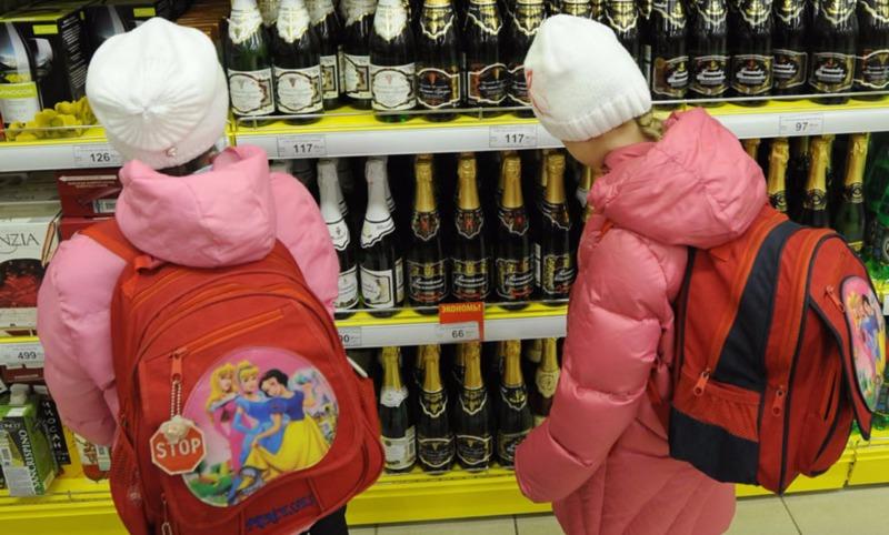 В России предложили штрафовать родителей, чьи дети покупают алкоголь