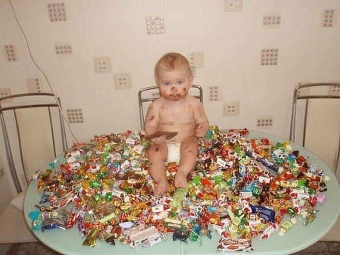 Тетя дает племяннику конфеты…