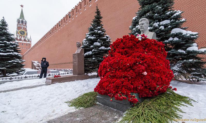 13 500 алых цветов возложено…